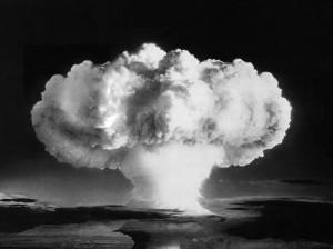 Bomba de Hiroshima. El poder destructivo de una bomba está relacionado directamente con la energía que se libera durante la explosión. Las bombas nucleares liberan energías que son entre 1000 y 1000.000 veces mayores aún que las detonaciones químicas, como sería la de una tonelada de TNT. El poder explosivo de una bomba nuclear, llamado rendimiento, se expresa mediante la comparación con el poder destructivo del TNT, y así se habla de bombas de un kilotón (un kt) si la energía liberada es la misma que se produce al detonar 1 000 toneladas de TNT. Si el rendimiento es de 1 000 kt, se trata de una bomba de un megatón (un Mt). TNT: trinitrotolueno
