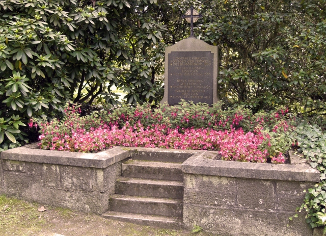 Roentgen_family-grave-Giessen-Alter_Friedhof-2011-07
