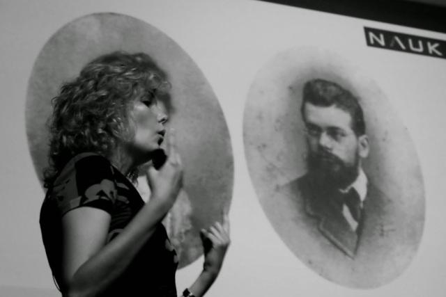 """""""Laura haciéndose pasar por la mujer de Ludwig E. Boltzmann."""" Xurxo Mariño"""