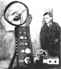 George Antheil con uno de sus instrumentos musicales electromecánicos