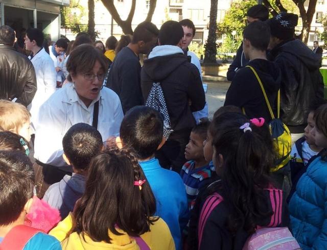 Melli contándoles cuentos de ciencia a los peques durante las actividades de ADCMurcia en la SECYT 2013