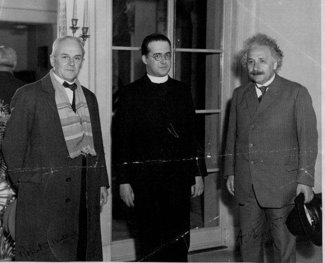 Lemaître entre Robert Millikan y Albert Einstein